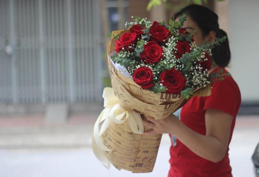 nhân viên bán hoa tại trần não quận 2