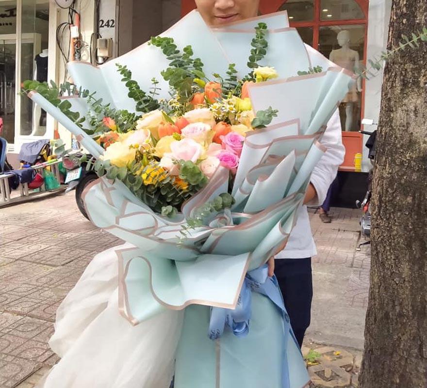 nhân viên giao hoa tại hồ thị kỷ quận 10