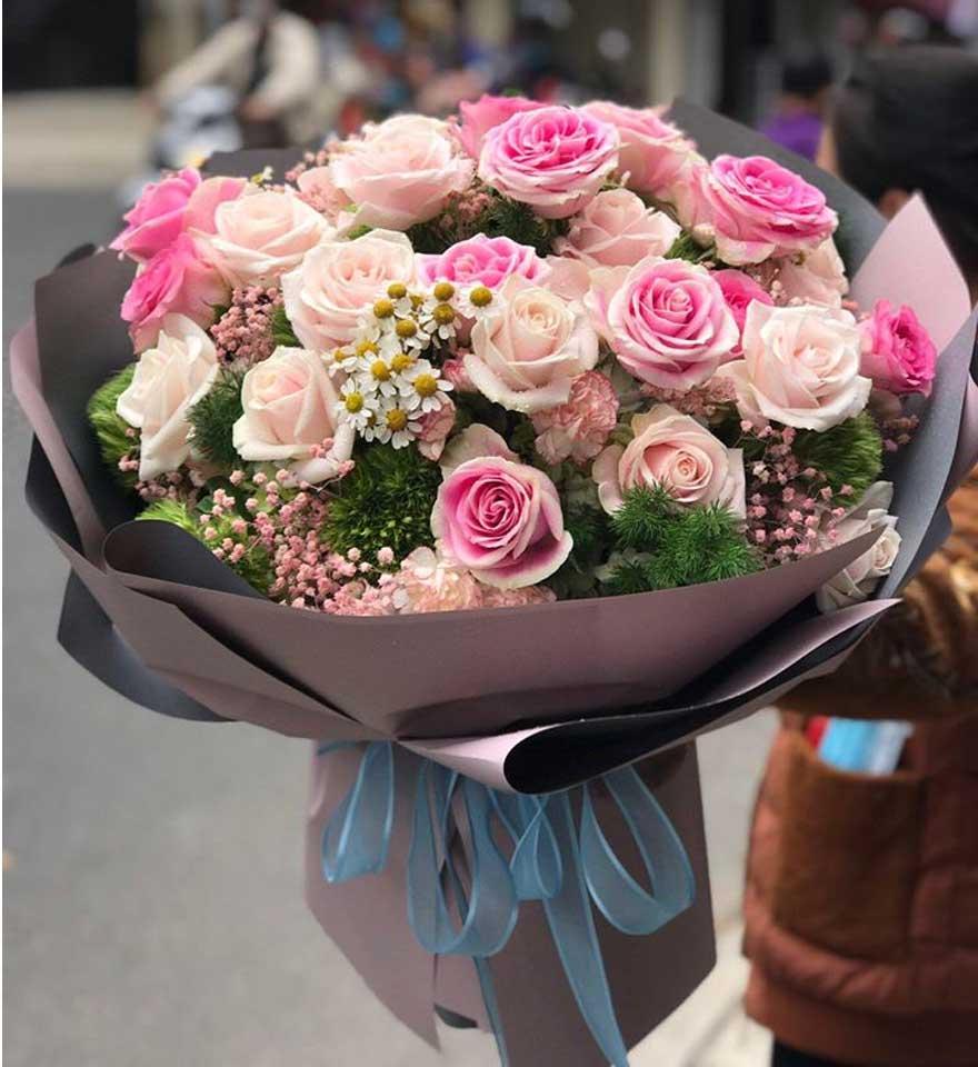 nhân viên cắm hoa chuyên nghiệp tại shop hoa tươi bình phước.