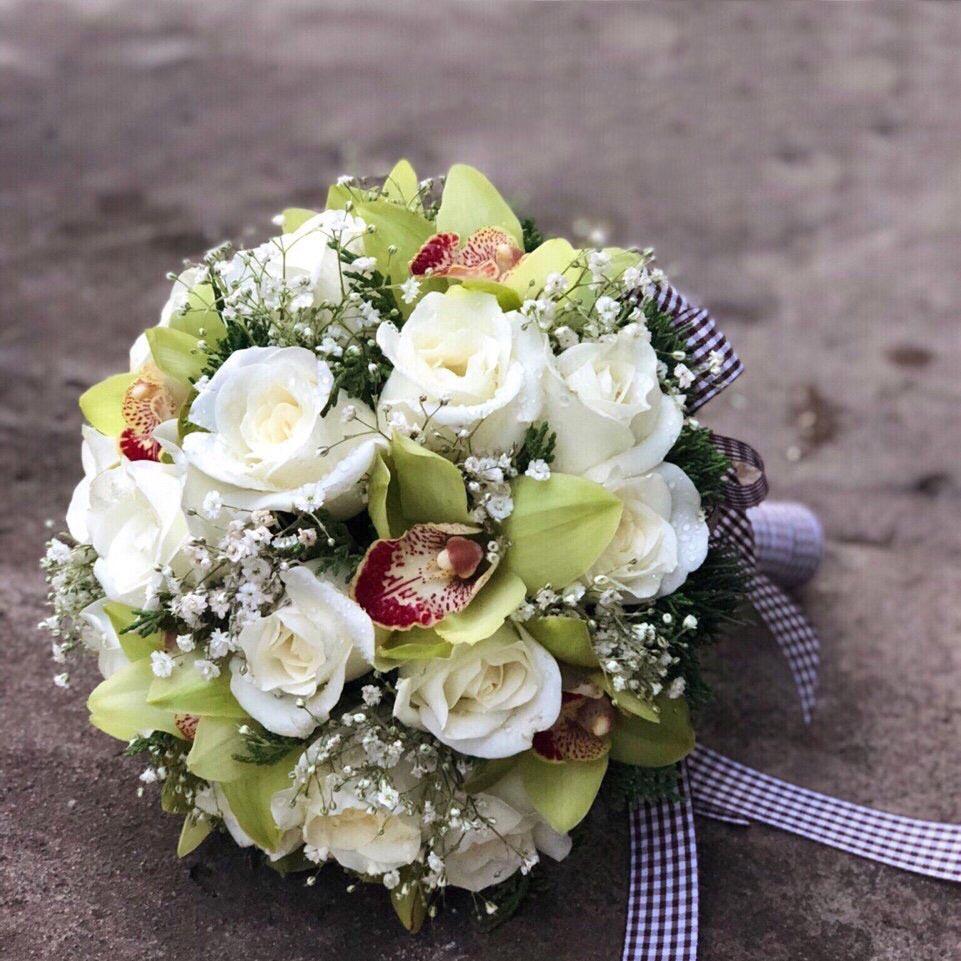 Hoa cầm tay cô dâu dáng ngắn