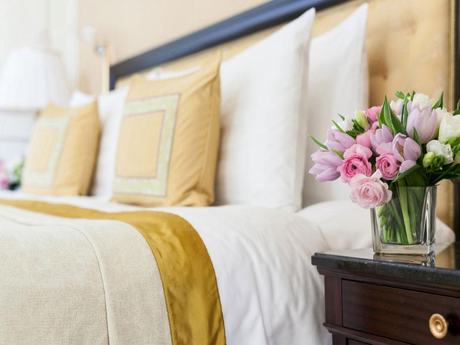 Hoa tươi trang trí phòng ngủ