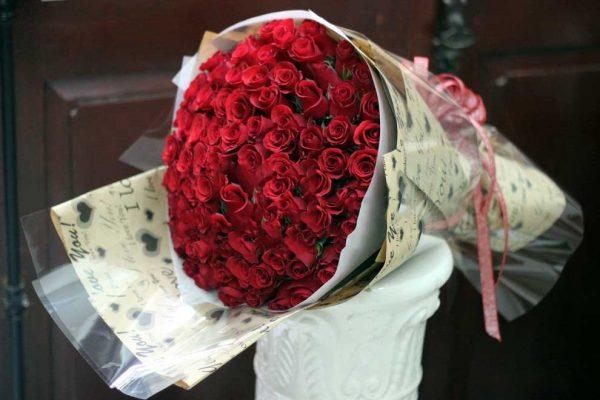bó hoa hồng tặng vợ vào ngày 8-3