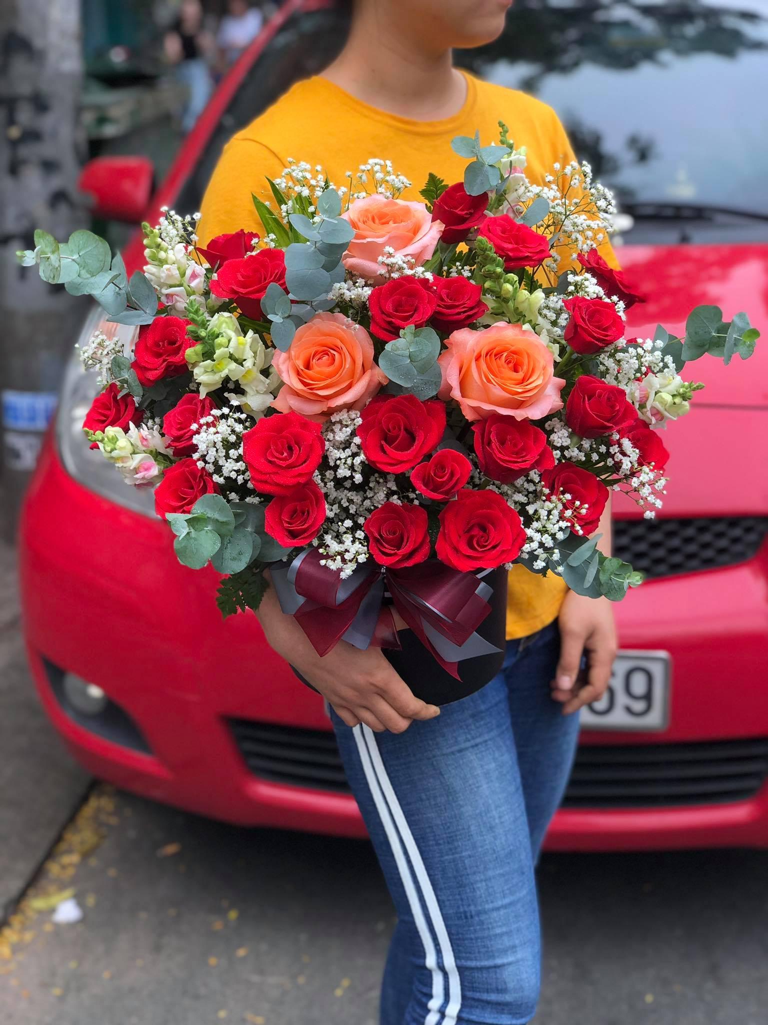Giỏ hoa tươi tone đỏ xinh đẹp