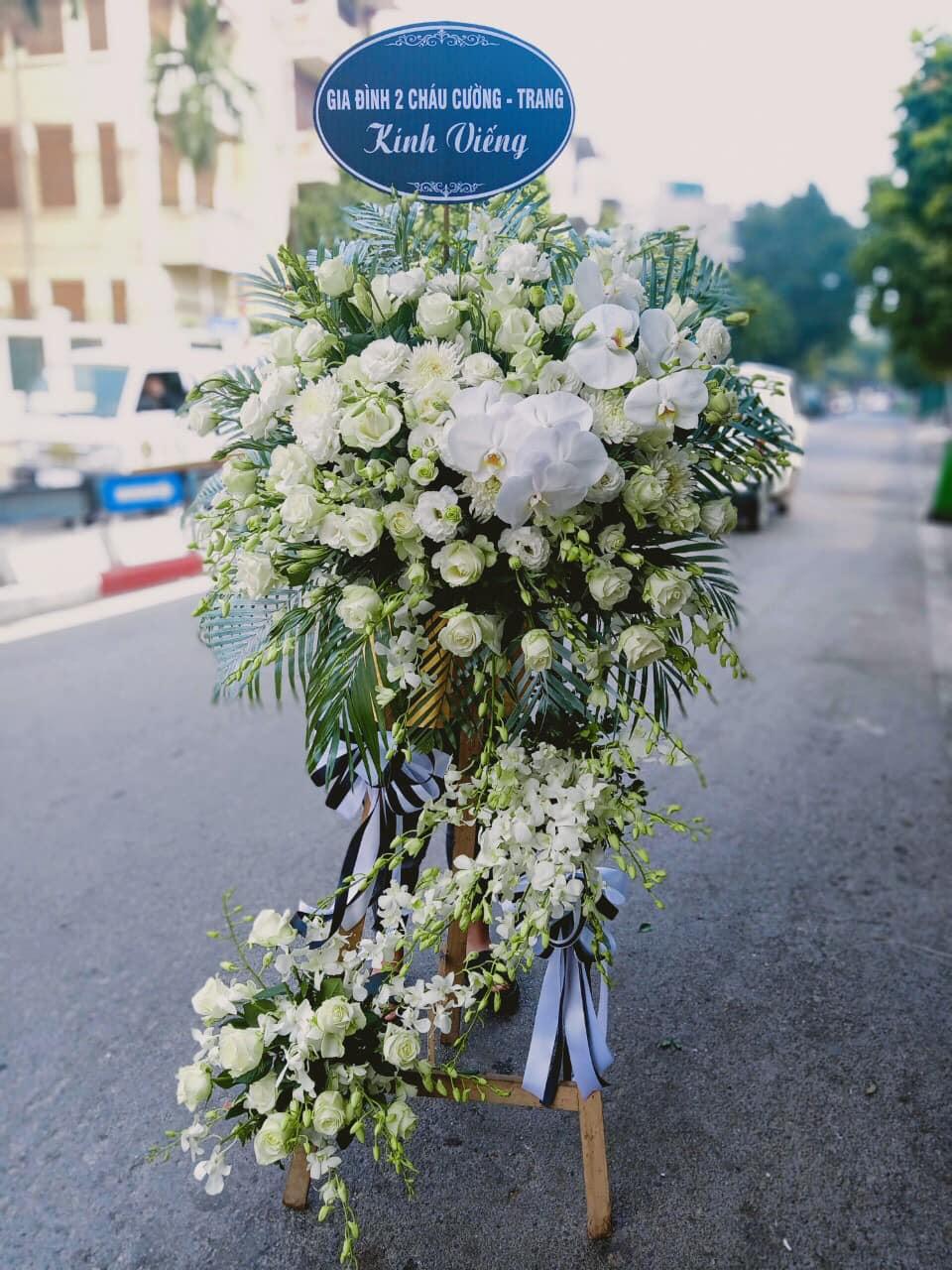 Kệ hoa chia buồn sang trọng, tôn kính